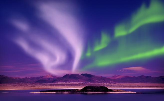 """Северното сияние е по-интензивно от """"Стив""""  Когато те попаднат в обхвата на магнитното поле на Земята, се насочват към магнитния Северен полюс, където си взаимодействат с горните слоеве на атмосферата. Северното сияние е всъщност енергията, освобождавана при това взаимодействие."""