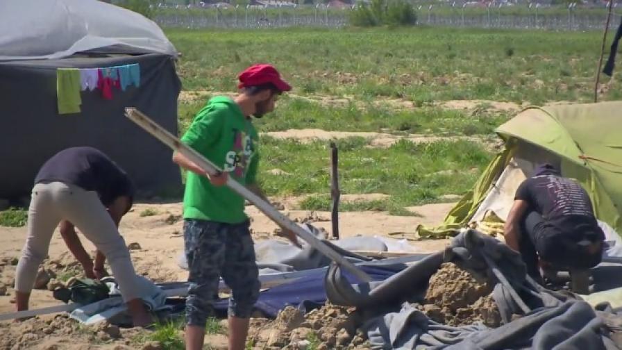 """Булдозери разчистват """"останките"""" от Идомени"""