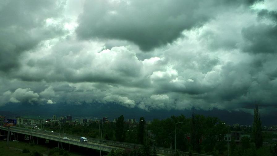 Рязка промяна на времето, градушки и бури в страната