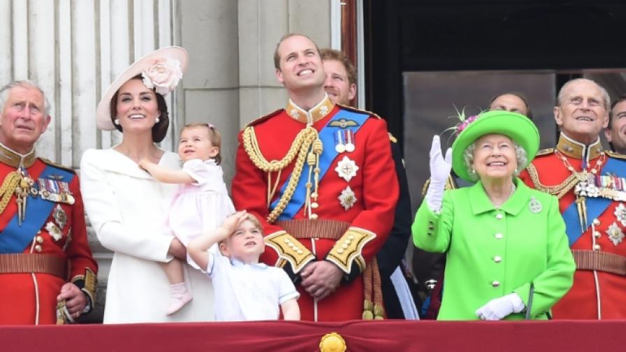 Хиляди хора наблюдаваха рождения ден на Кралицата