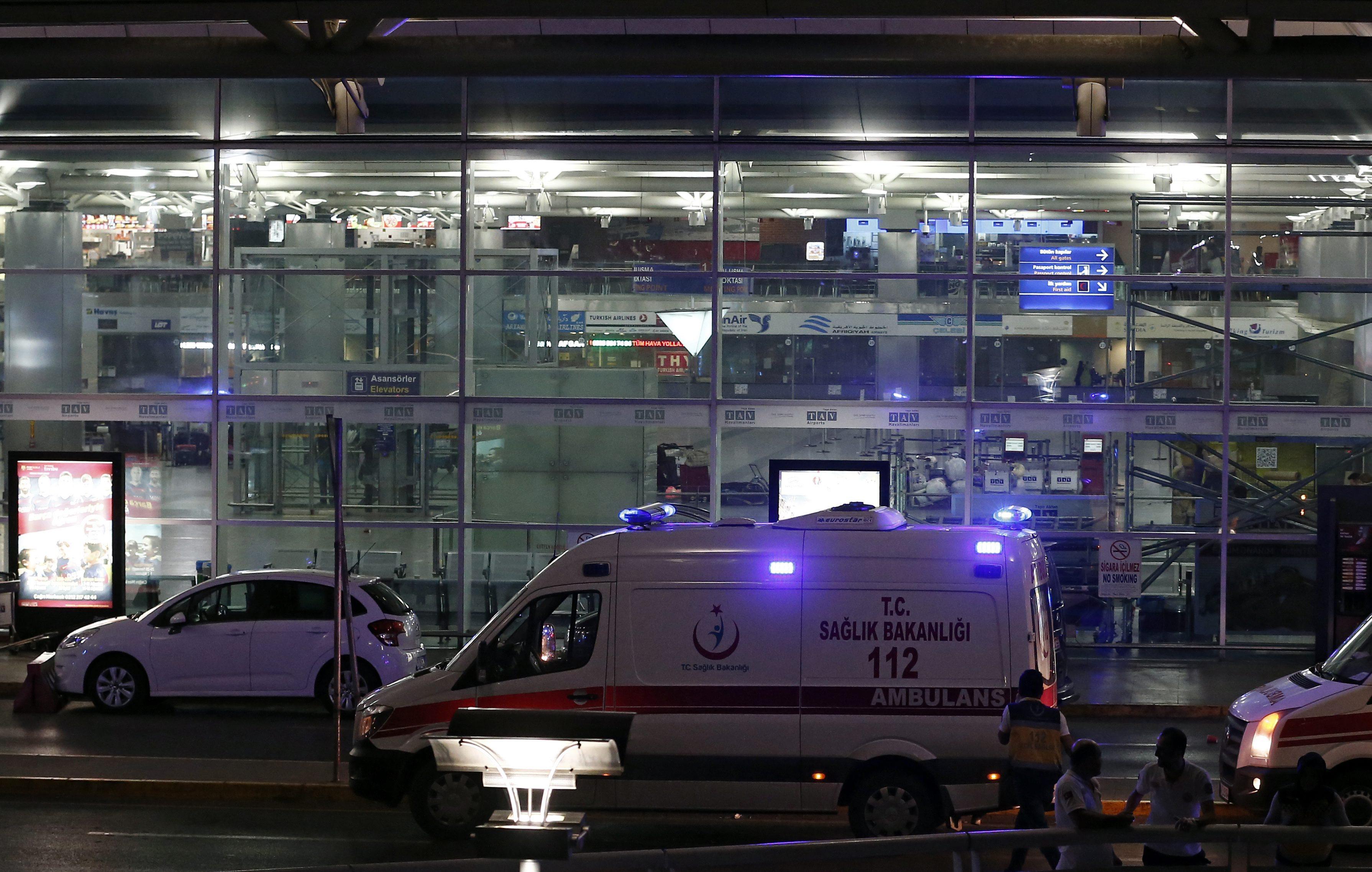 Най-малко 10 души са убити, а други 20 са ранени, след атака срещу основното летище на най-големия град в Турция. Взривовете са предизвикани от двама атентатори самоубийци.