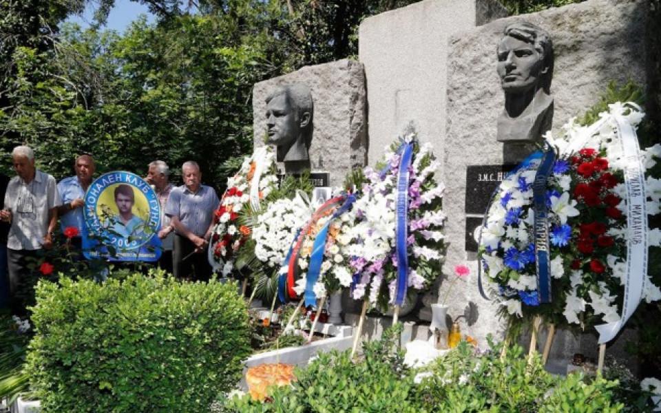 От Левски поднасят венци в памет на Гунди и Котков