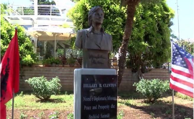 Вижте албанската статуя на Хилари Клинтън