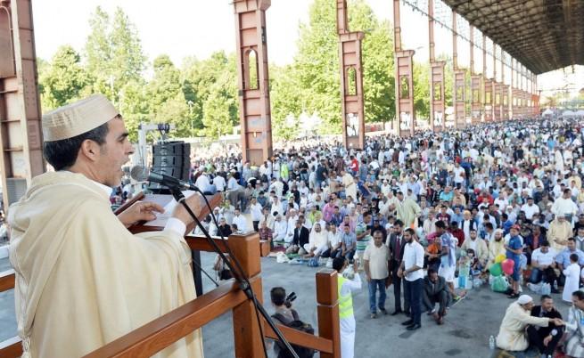 Имам говори пред мюсюлмани в Торино, Италия
