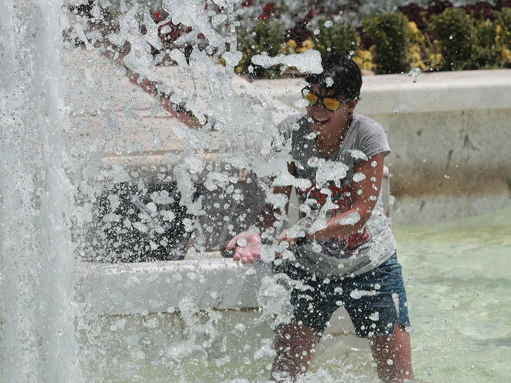 Разхлаждане във фонтаните пред НДК.