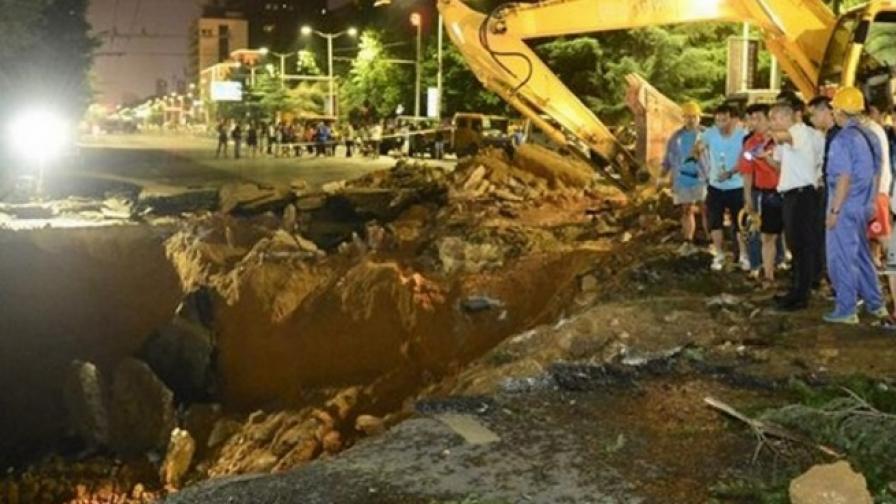 30-метрова дупка зейна на улица в Китай, има изчезнал
