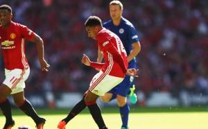 Ас на Юнайтед почерпи цяла кръчма с фенове на отбора