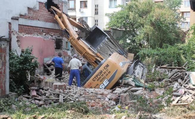 Багер проби стена на жилищна сграда в София (видео)