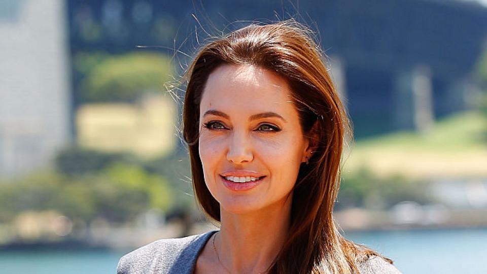 Анджелина Джоли със страхотен жест към две деца, продаващи на улицата
