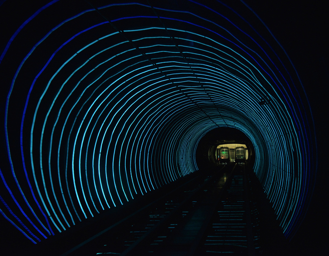 """Шанхай, Китай<br /> Модерна,бърза и много шарета - това е транспортната системаBund Sightseeing Tunnelв Шанхай. В един от тунелите и на дължина, чиято дължина е 647 метра, са монтирали тази ефектна """"светеща"""" оптика, която при движение на метро-влака създава илюзия на разноцветни лъчи."""