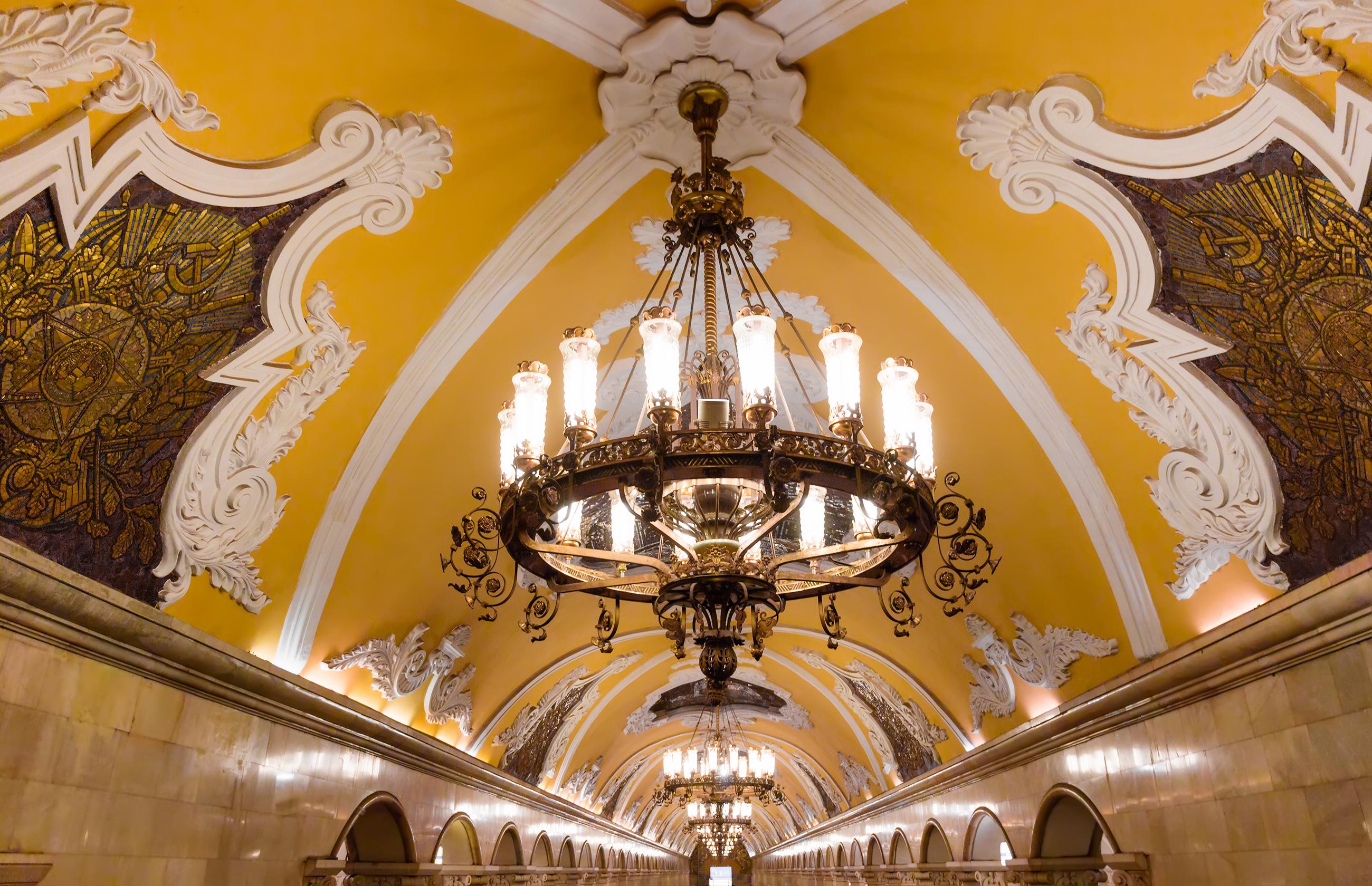 Москва, Русия<br /> Московският метрополитен е една от най-натоварените метросистеми в света.<br /> За първи път в руската столица метрото се задвижва на 15 май 1935 година.<br /> Общата дължина на метрото в Москва в наши дни е 331,5 км. Състои се от 12 линии и 199 станции. Метрото ведин нормален работен ден метрото превозва около8,6 милиона пътници, а през почивните дни превозваприблизително6,5 милиона на ден.<br /> Когато се създавало метрото в Москва, Сталин поискал отархитектите, проектантите и художниците да създадат нещо, което да прослави столицата. Идеята е станциите да са изпъстрени с мозайки, статуи и пищни арки.