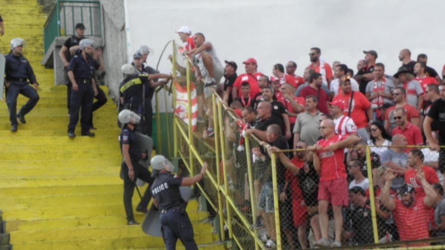 Сблъсъци между фенове и полицаи в Благоевград