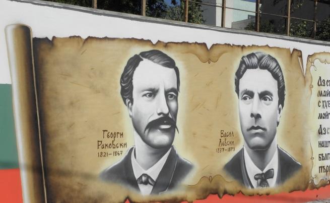 Ученици превърнаха бетонна стена в храм на българската история