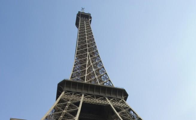 Айфеловата кула угасна заради убитите журналисти