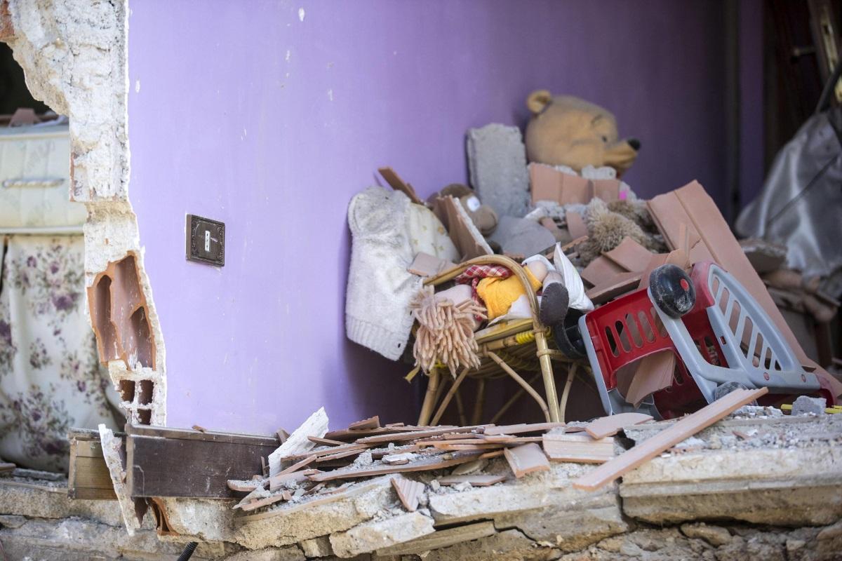 Силно земетресение с магнитуд 6,2 разтърси планински район в Централна Италия рано тази сутрин и отне живота на най-малко шестима души, предаде ДПА. Двама души са загинали в провинция Асколи Пичено, съобщи държавната информационна агенция АНСА, като се позовава на италианските карабинери. Четирима души са загинали в град Акумоли, съобщи кметът, цитиран от Ройтерс.