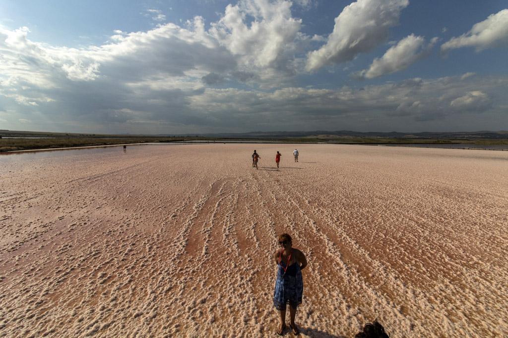 Разходка с Влакчето на солта, което се състои от две вагончета с локомотив, тръгва от Солници – Север и се движи сред басейните за производство на сол. Тук се виждат розово-червените води на Атанасовско езеро (негова запазена марка)