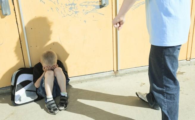 Полицай изтезава 8-год. си син, така ставал мъж