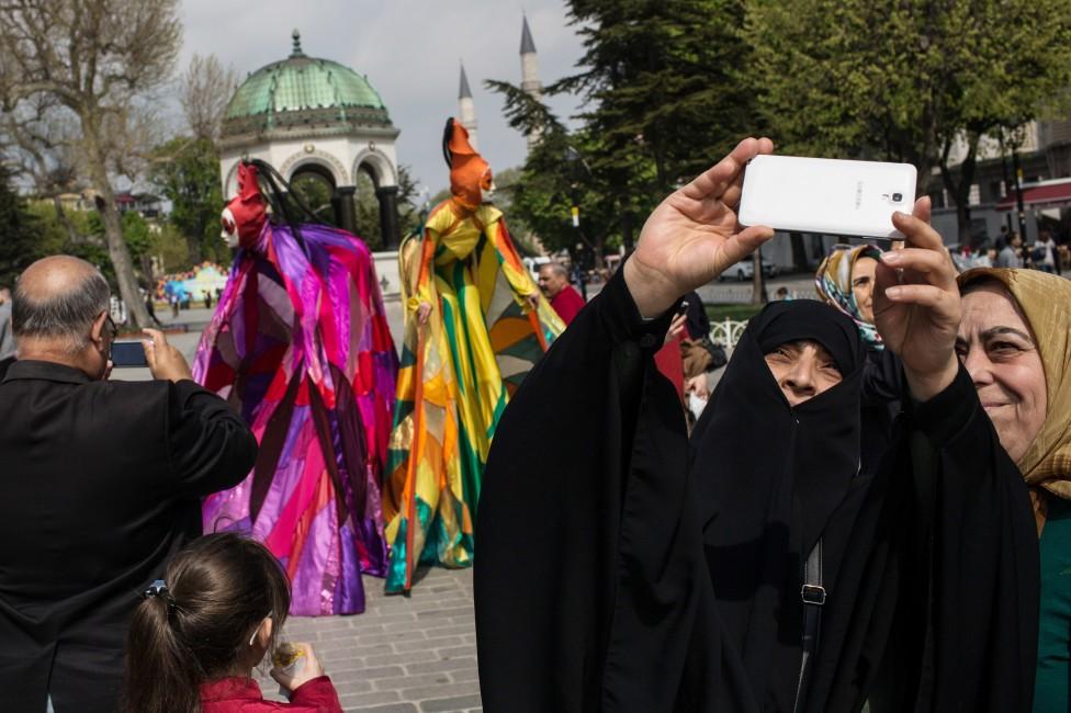 """- Турчин рита и удря жена в автобус в Истанбул, защото била по шорти. Той крещял """"Тези, които носят шорти, трябва да умрат"""". Жертвата му е медицинска..."""