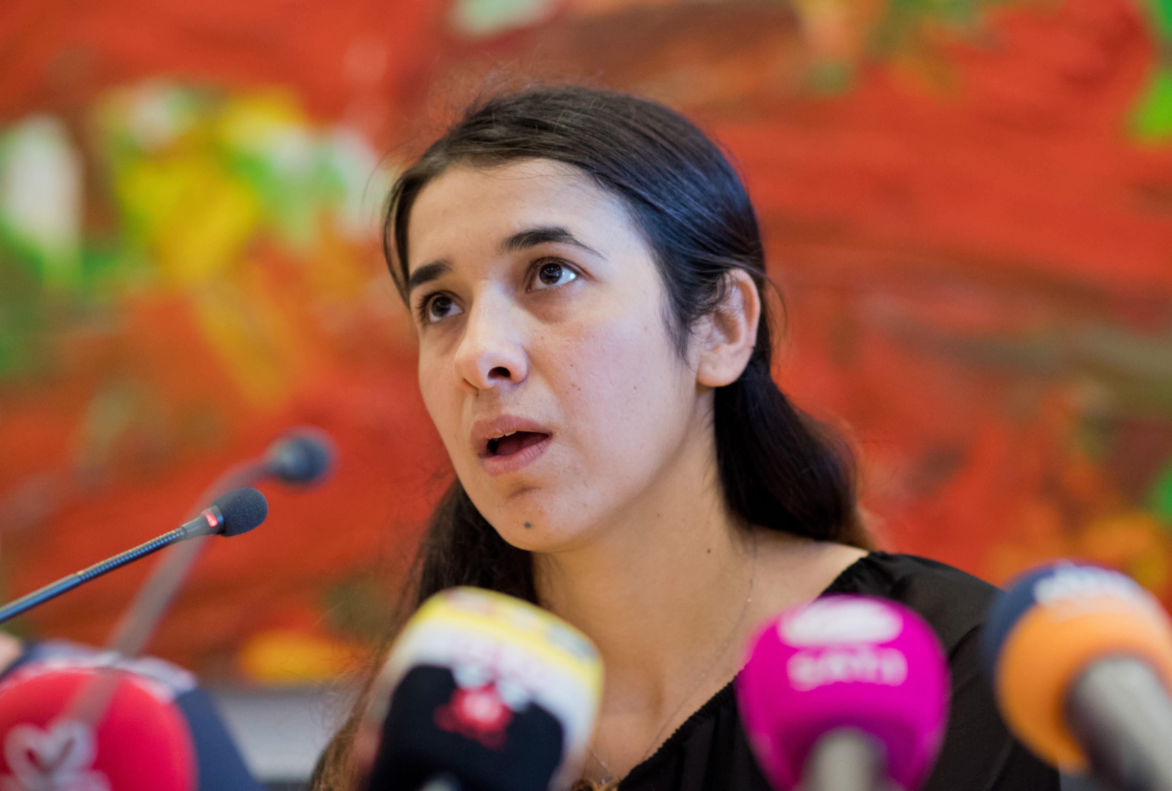 """Надя Мурад, успяла да избяга от робство в """"Ислямска държава"""", ще стане посланик на добра воля на ООН. Тя е представител на иракското малцинство на язидите. Тя ще е първият в историята посланик, успял да избяга от сексуалното робство на групировката. Девойката е била пленена от джихадистите през 2014 г. - когато бойците на ИД обявиха т.нар. халифат - в родното й село Кочо, близо до Синджар, северен Ирак, и отведена в контролирания от ИД град Мосул."""
