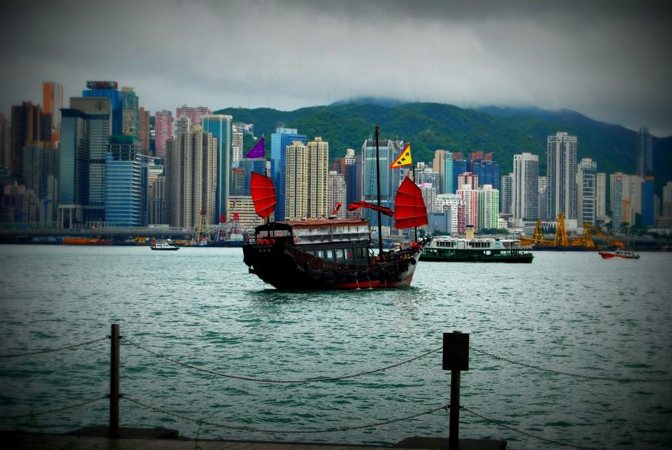 - Небостъргачи, търговия, финансови борси. През Хонконг минава 50% от китайския износ. Най-важното за посетителите е, че той е мултикултурен център.