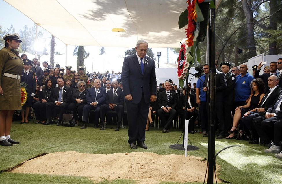 - Ковчегът на Перес беше положен редом до гроба на друг виден израелски политик – бишвият премиер Ицках Рабин, който е убит от израелски екстремисти...
