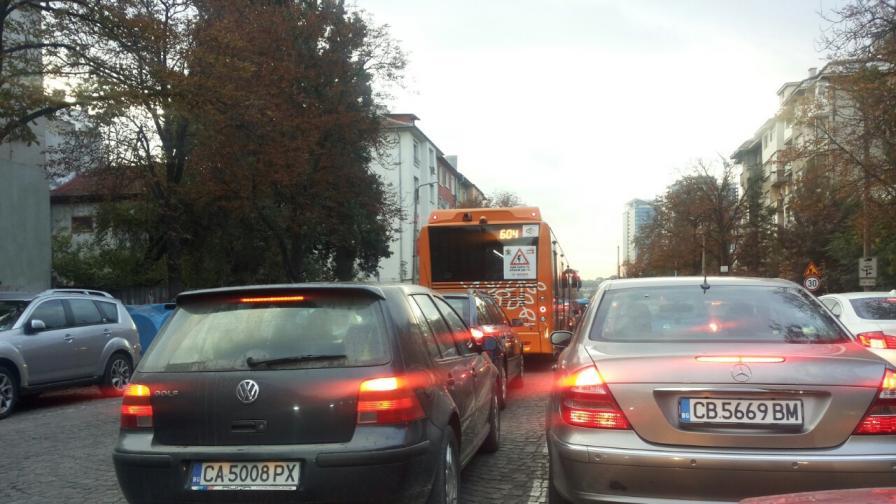 Наглост! Автобуси на градския в насрещното в София