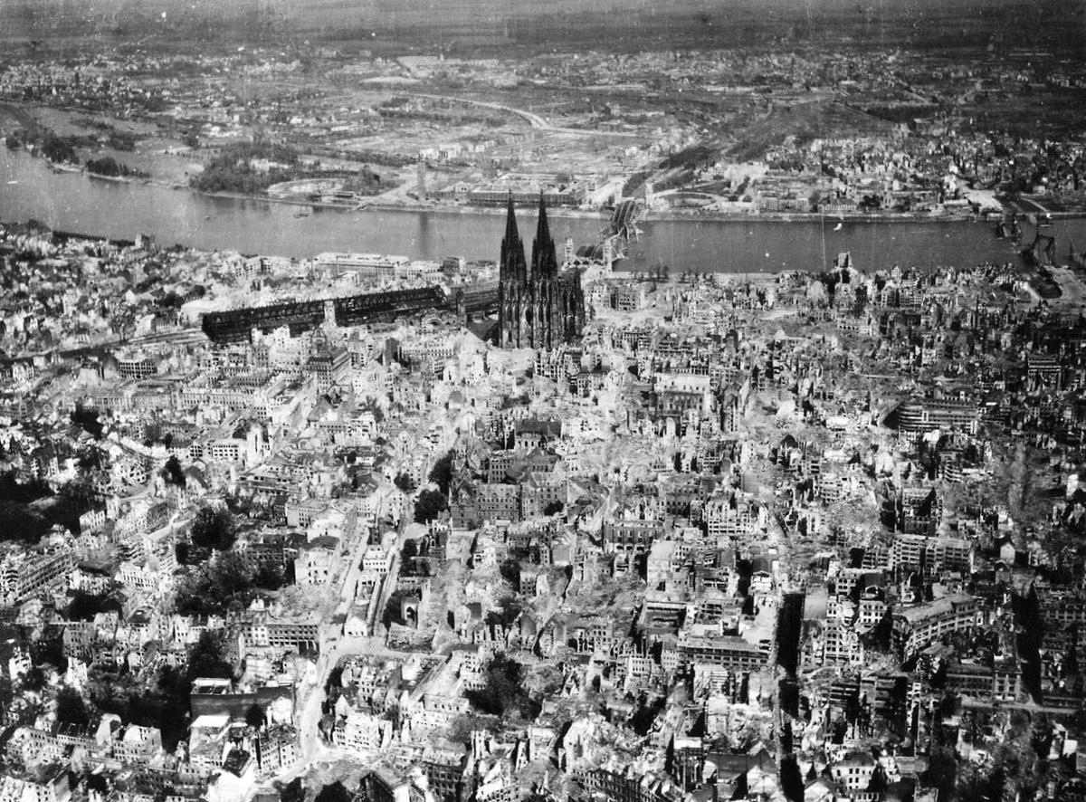 Кьолн, покрит от прах и пепел и пропит с кръв. 1944 г.