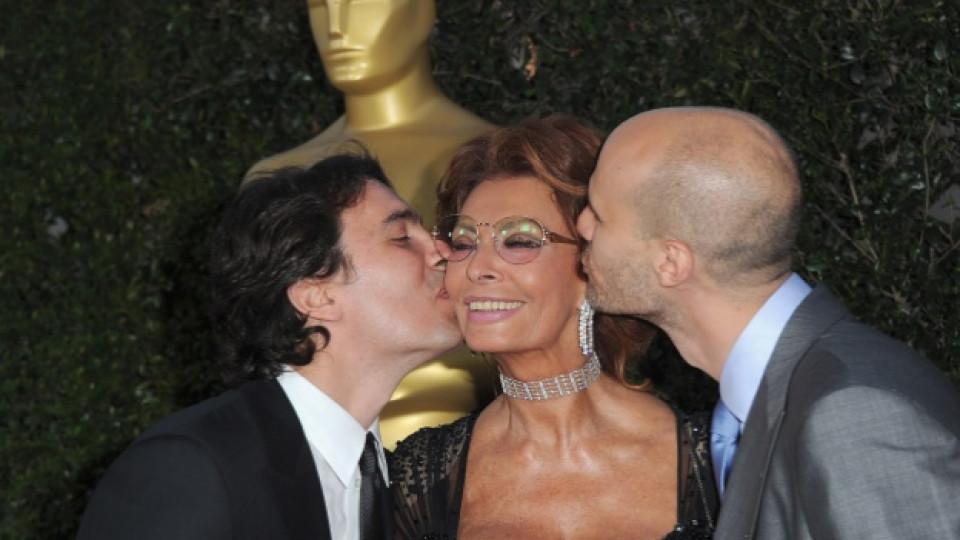 София Лорен в компанията на двамата си синoве Карло (вляво) и Едоардо по време на гала вечер в Лос Анджелис през май 2011-та, посветена на творчеството на актрисата