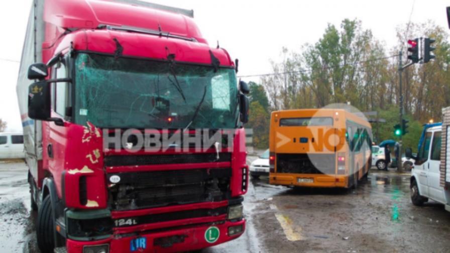 ТИР удари автобус в София, седем ранени