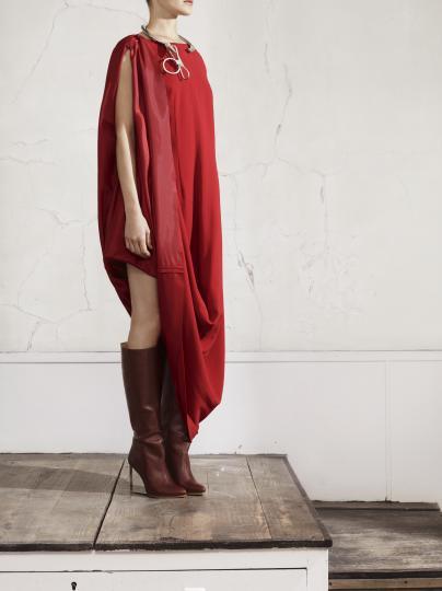 """Модел от новата колекция на френската модна къща """"Maison Martin Margiela"""", която ще бъде пусната и у нас на 15 ноември в магазина на """"H&M"""" в столичния """"Сердика Център"""""""