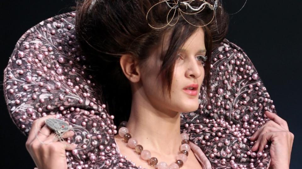 Един от моделите, показани на Седмицата на модата в Атина