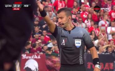 Реферът изгони дете, което подава топките на ЦСКА - Левски
