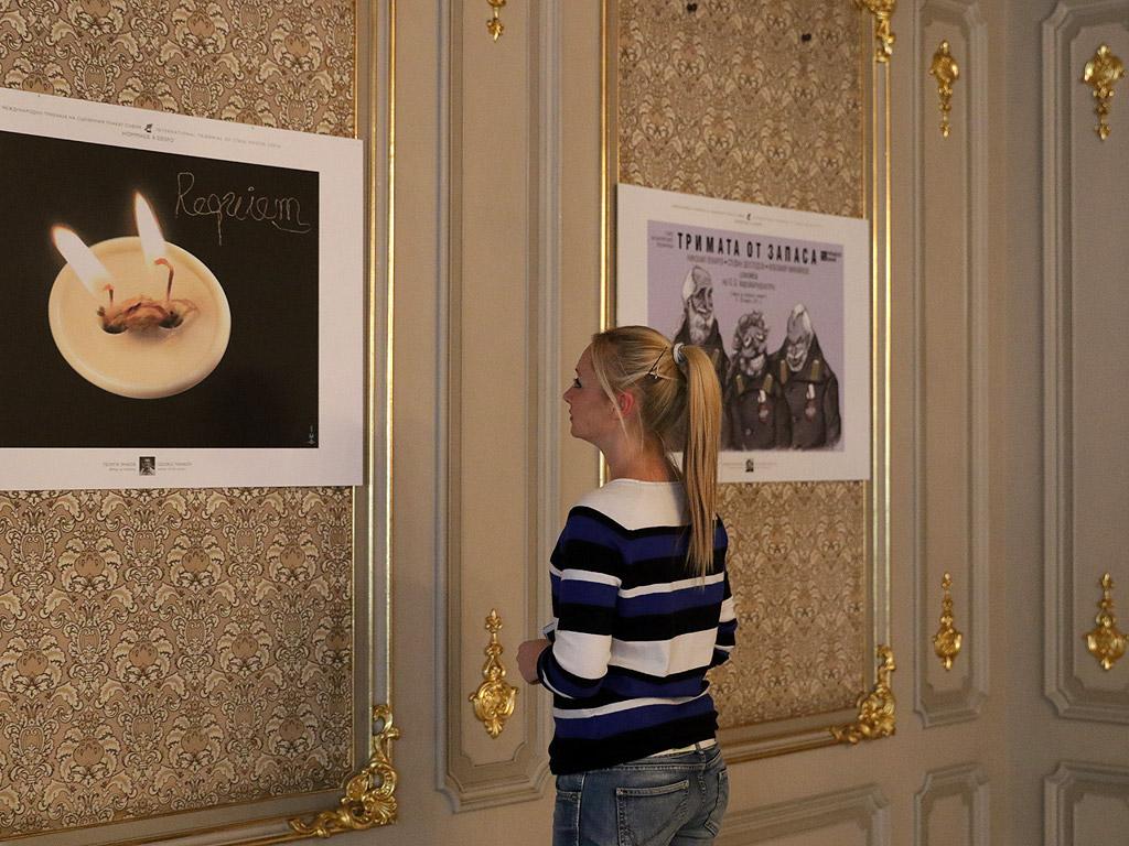 """Изложба, посветена на големия Стефан Десподов (1950-2015) в Народния театър """"Иван Вазов"""", за началото на Осмото международно триенале на сценичния плакат."""