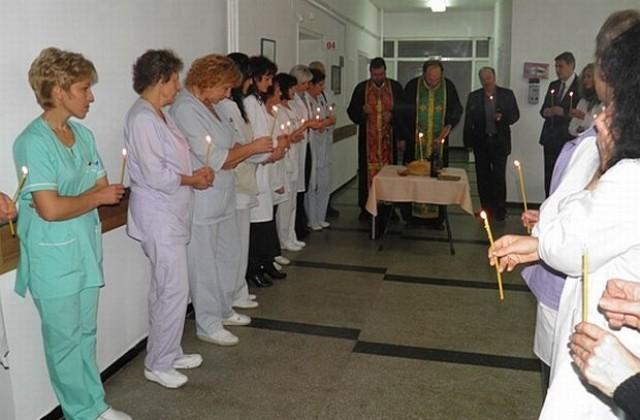 Водосвет при откриване на реновираното отделение отслужиха иконом Янко и отец Димитър