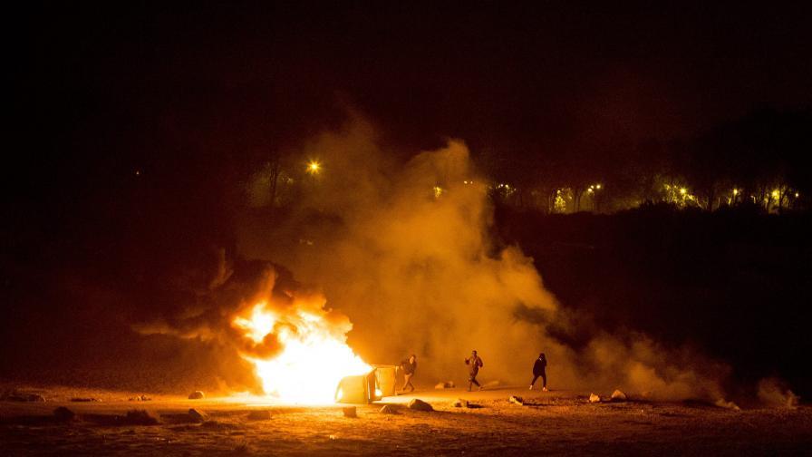 Затварянето на мигрантския лагер заля Кале с насилие