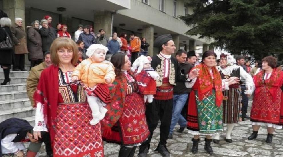 Отмениха традиционното хоро за Бабинден на площада в Разлог