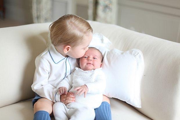 Една от първите снимки на принцеса Шарлот и брат ѝ принц Джордж