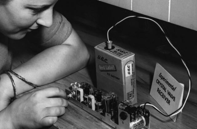 https://m.netinfo.bg/media/images/29397/29397931/640-420-23-dekemvri-laboratoriiata-na-aleksandyr-bel-predstavia-pyrviia-tranzistor.jpg