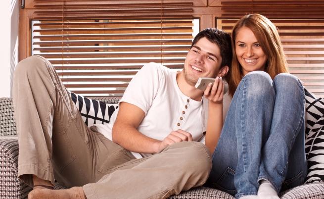 В идеалното семейство двамата все си разказват забавни истории, смеят се и се държат за ръце. В нормалното семейство има смешни и тъжни дни, тихи дни, дни, в които ни се говори или ни се пее, дни, в които не искаме да се виждаме и такива, в които не можем един без друг. Защото животът е шарен и ние сме различни всеки ден.