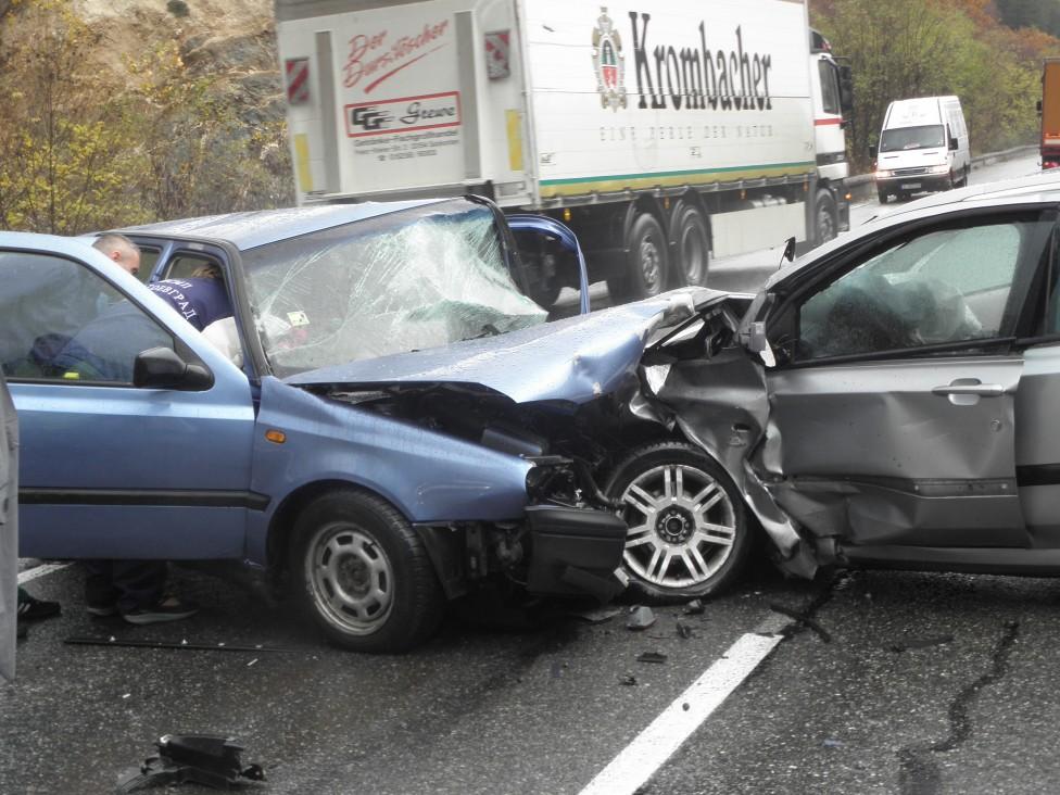 - Двама са ранени при челния удар на пътя Симитли-Предел-Банско. Една жена бе затисната, а друг човек е леко ранен. Пътният инцидент стана в 10.20 ч...