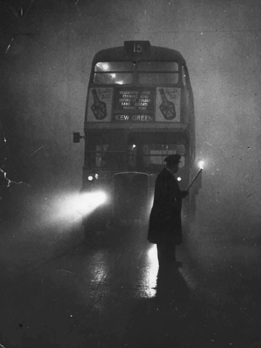 Кондукторите вървят с фенери пред червените двуетажни автобуси от градския транспорт, за да напътстват шофьорите.