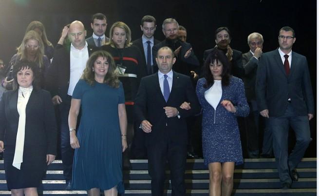 Румен Радев заедно със съпругата си преди пресконференцията на БСП. От дясната му страна са кандидатът за вицепрезидент Илияна Йотова и лидерът на БСП Корнелия Нинова