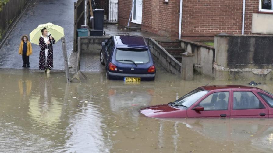 Бурите във Великобритания не стихват, жена се удави