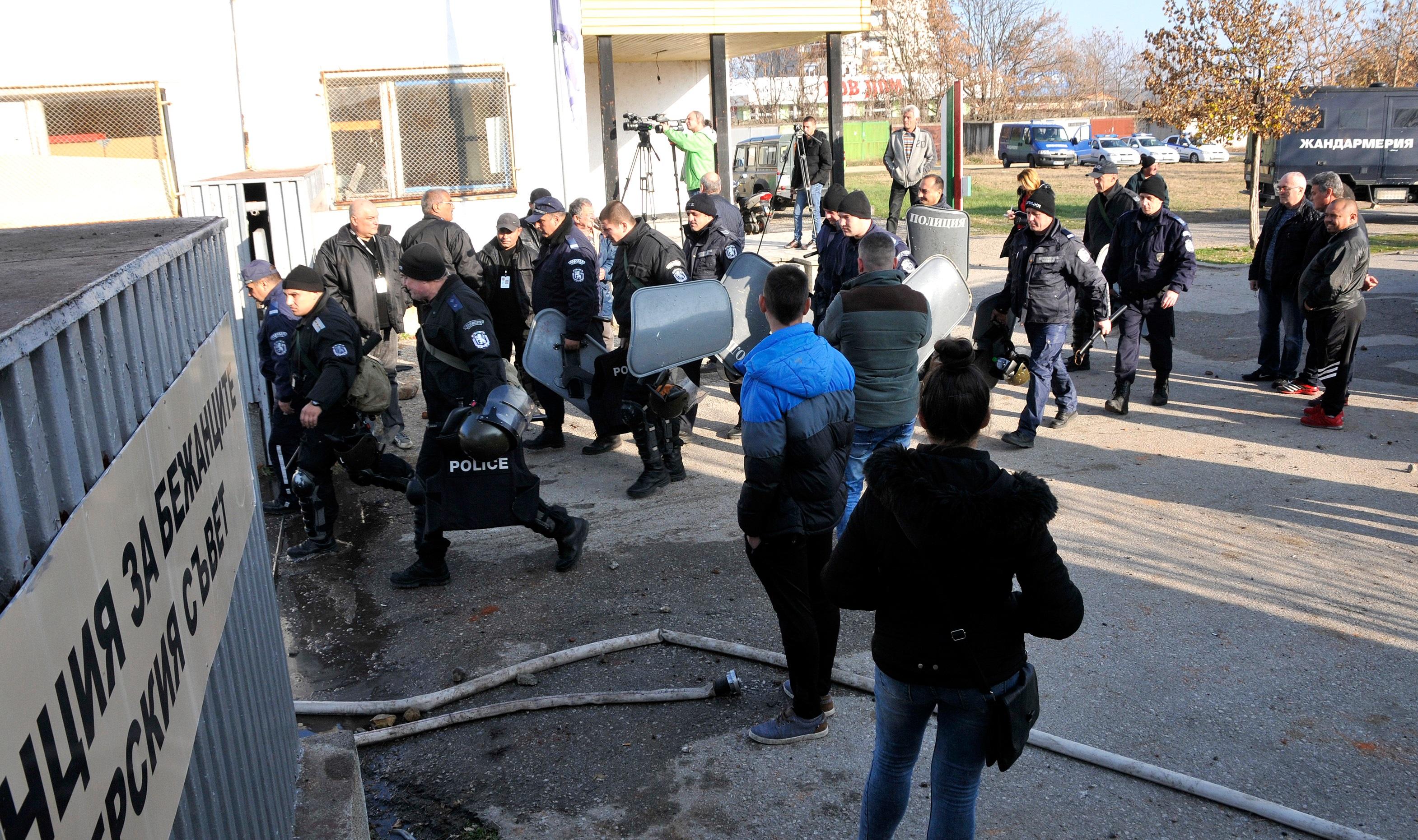 Мигрантите в центъра в Харманли се вдигнаха на бунт с искане границата със Сърбия да бъде отворена и те да сигна до Западна Европа. Полиция и жандармерия е на мястото и използва водно оръжие и гумени куршуми, за да се справи със ситуацията.