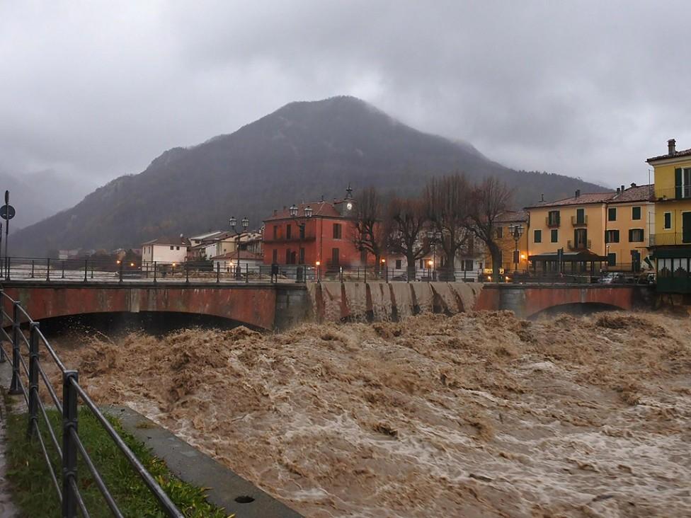 - Причинено от приливните дъждове наводнение в Северна Италия е довело до смъртта на мъж, който бил отнесен от придошлите води на река По край Торино