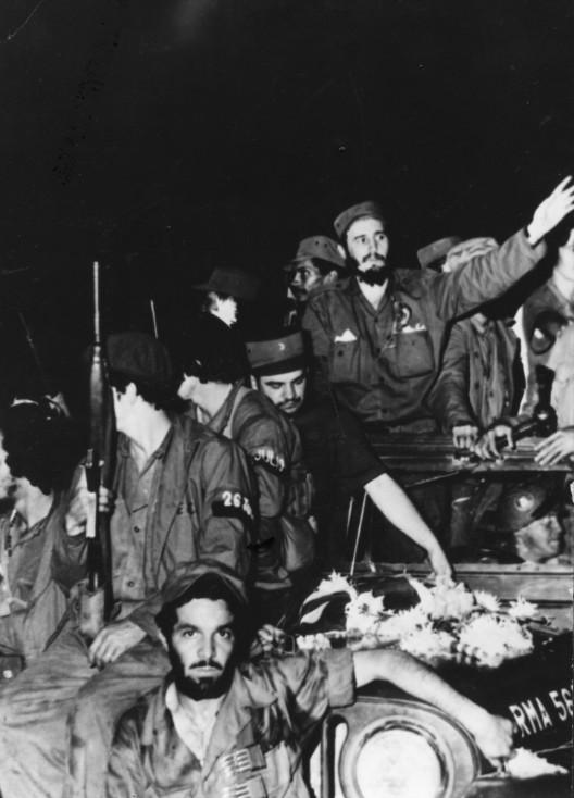 - Фидел Кастро и войници от бунтовническата армия напът към Хавана. Той става премиер на Куба през февруари 1959 г.