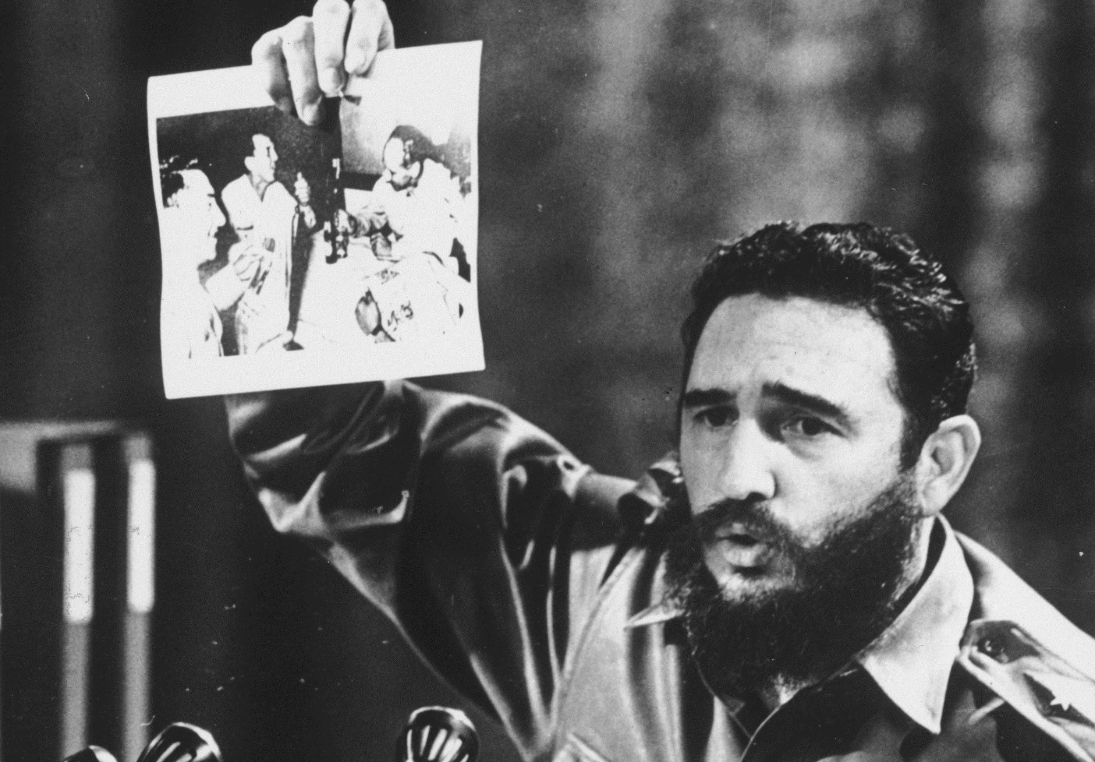 5 юли 1968 г. - Фидел Кастро показва снимка на ген. Овандо Кандиа и друг мъж от боливийската армия, които пият, за да отпразнуват смъртта на латиноамериканския революционер Че Гевара.