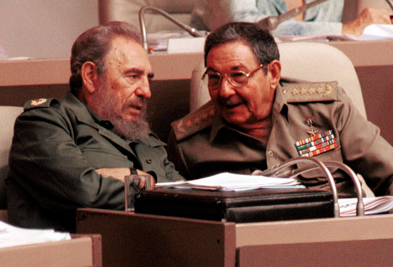 2001 г. - Фидел Кастро и брат му Раул Кастро в кубинския парламент.
