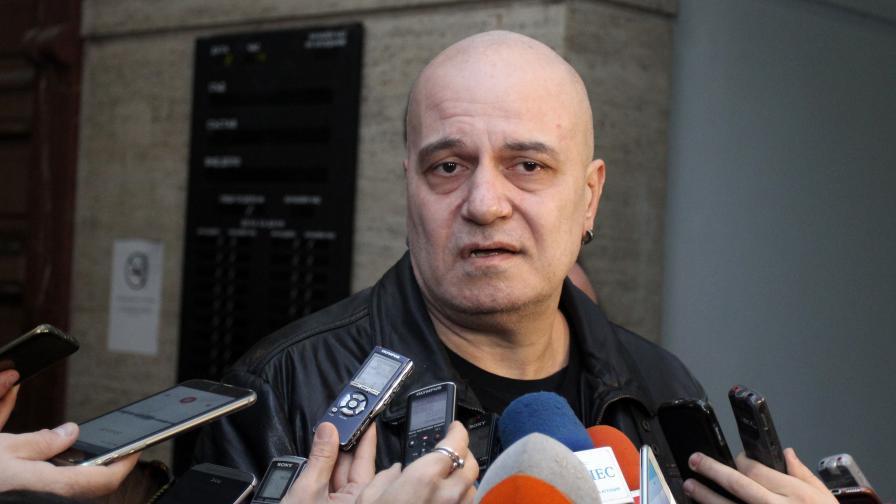 <p>Кой трябва да се притеснява от политика Слави Трифонов</p>