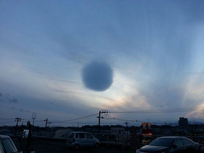 Странен сферичен облак се появи над японския град Фуджисава, южно от Токио, съобщи Сайънс алърт. Според направилия снимката фотограф, облакът започнал много бързо да губи формата си и се разпръснал сякаш никога не е съществувал.